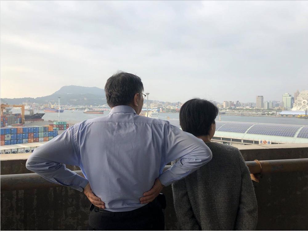 台北市長柯文哲趁著228連假到高屏地區參訪,昨和太太陳佩琪一塊參觀高雄前鎮加工出...