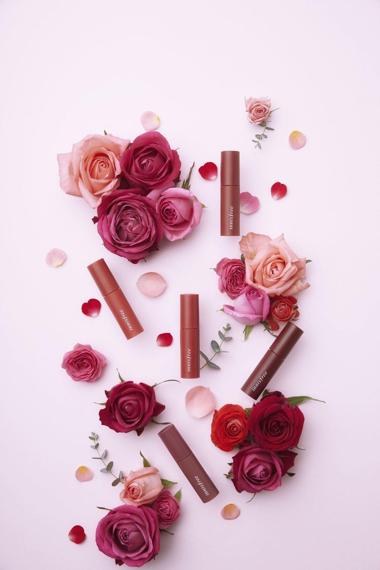innisfree新推出霧面質感的花漾綿蜜唇萃,以「鮮榨玫瑰」色系為主軸,售價3...
