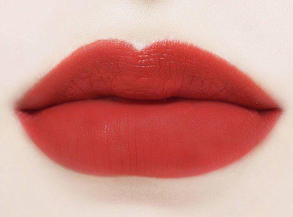 「鮮榨玫瑰」唇妝是以搗碎、揉碎新鮮玫瑰花瓣所形成鮮嫩欲滴的花瓣汁液為發想,使唇色...