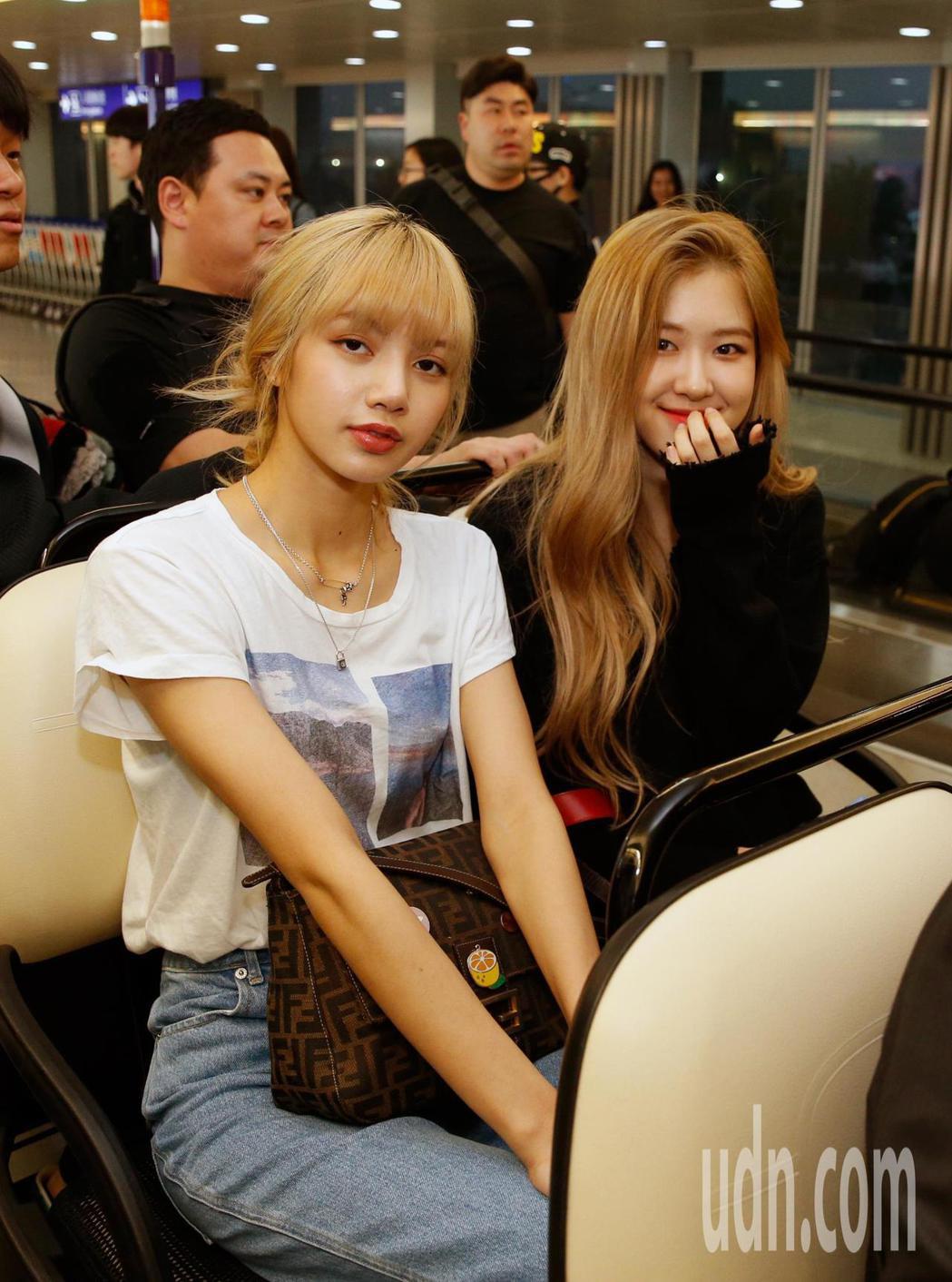 韓國新生代女團「BLACKPINK」傍晚抵台,Rose(右)及Lisa(左)搭乘...