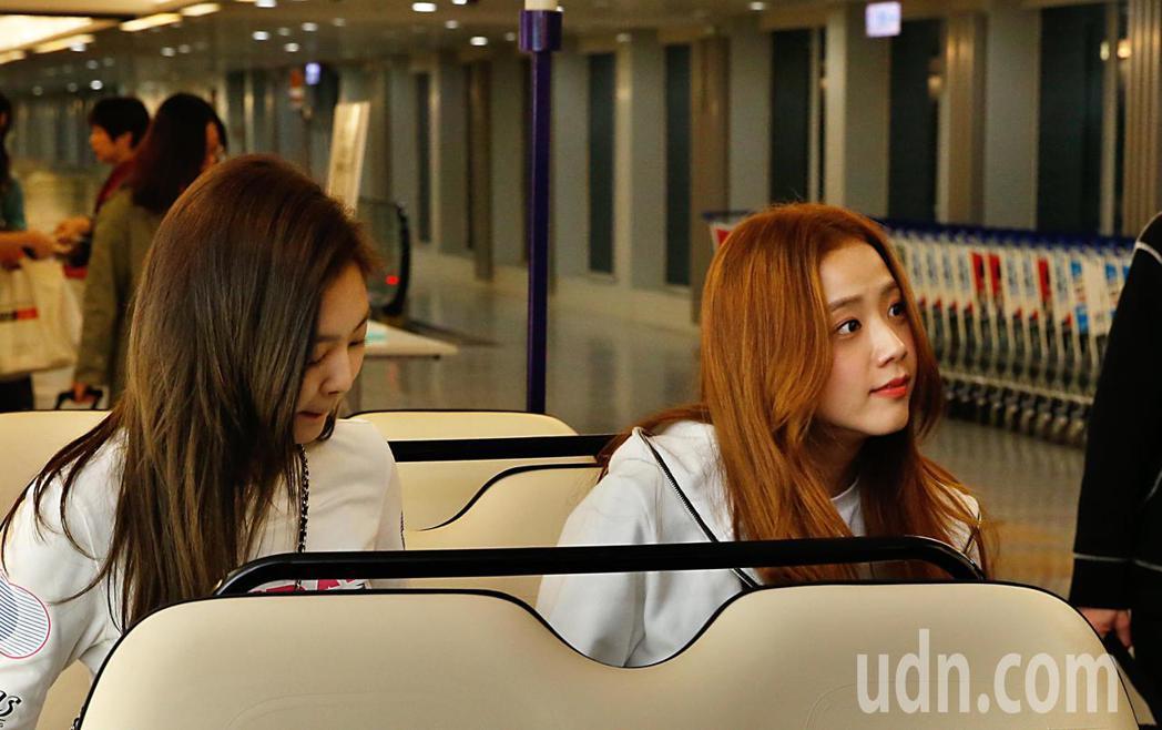 韓國新生代女團「BLACKPINK」傍晚抵台,Jisoo(右)與Jennie(左...