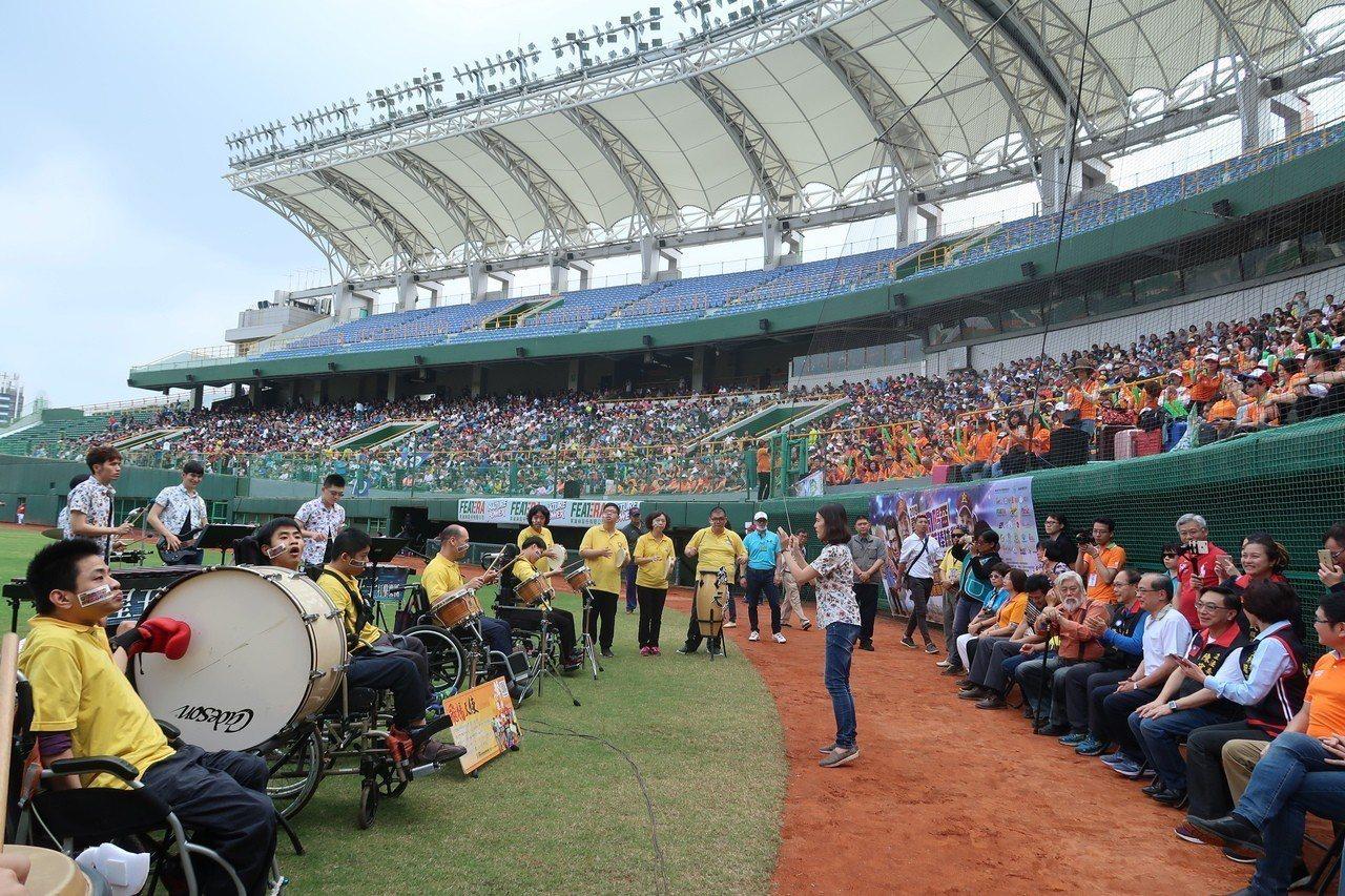 澄清湖棒球場日前舉辦職棒退役球星及演藝圈明星隊對抗賽。記者徐如宜/攝影