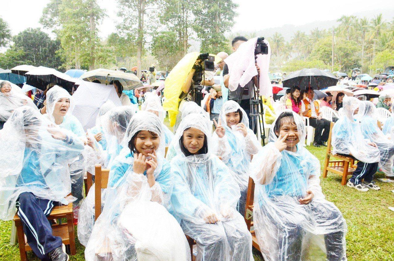 利嘉國小的小朋友們228當天在大雨中,靜靜的坐著聆賞世界兩大樂壇巨星日籍小提琴天...