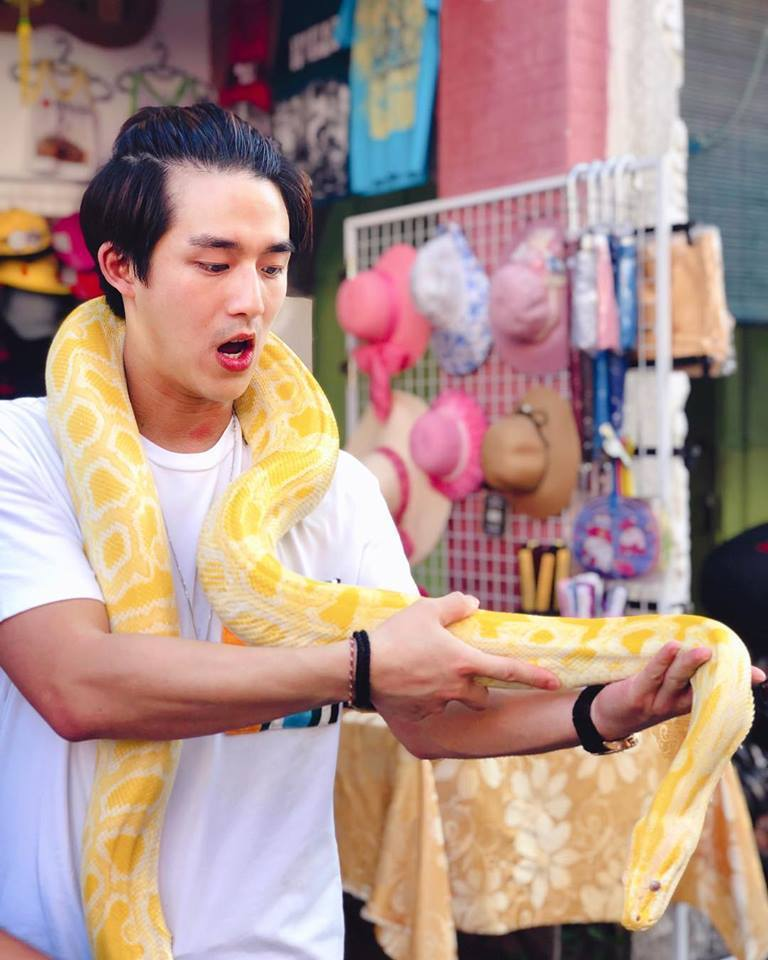 李博翔日前得空回馬來西亞度假,巨蟒纏身感覺很奇妙。圖/摘自臉書