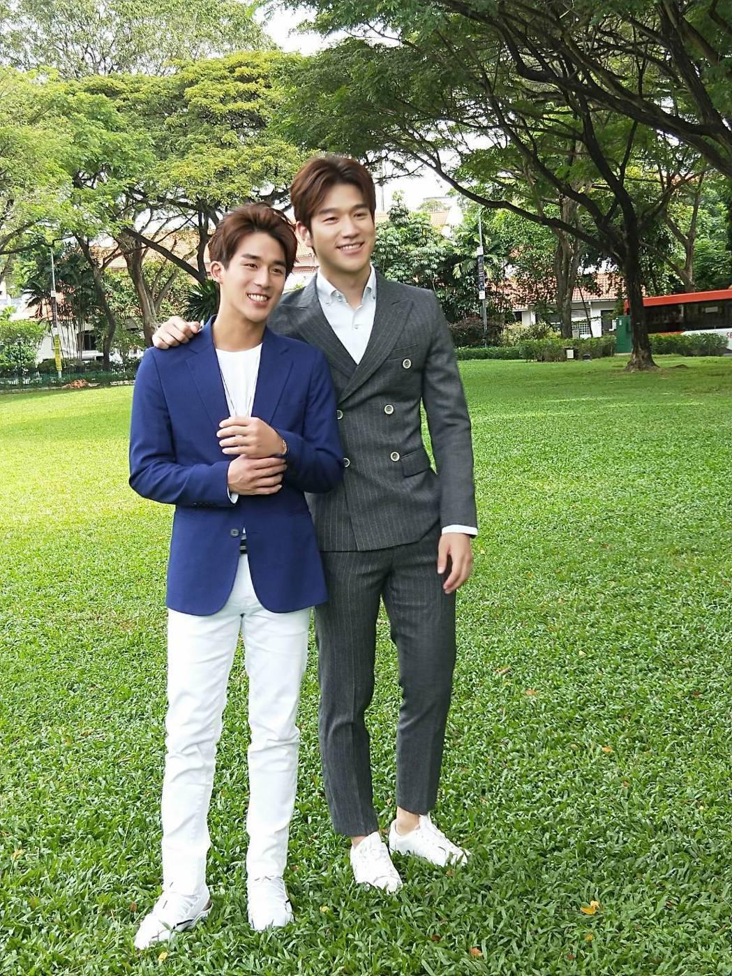 李博翔(左)因和大陸男星姚偉濤到新加坡拍戲,相處3個多月變好友。圖/金熙國際提供