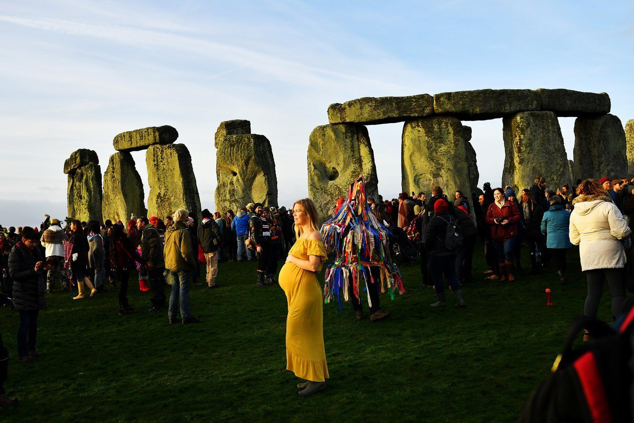 除了夏至日出,巨石陣在冬至時也吸引遊客觀賞日落。(路透)