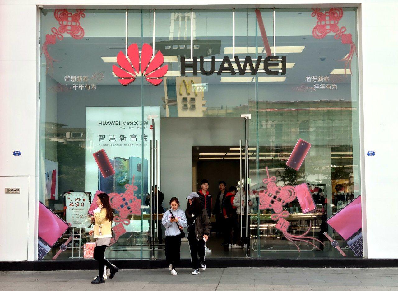 民眾從福州一家華為手機專賣店前經過。(中新社)