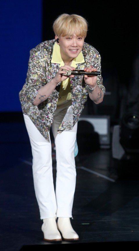 韓星李洪基2日在台北國際會議中心開唱,身為樂團FTISLAND主唱,他二度以個人身份來台開唱,李洪基笑說自己還是新人,「今天我打算以solo專輯裡的歌和大家度過愉快的時間,我今天會努力的,我目前還是...
