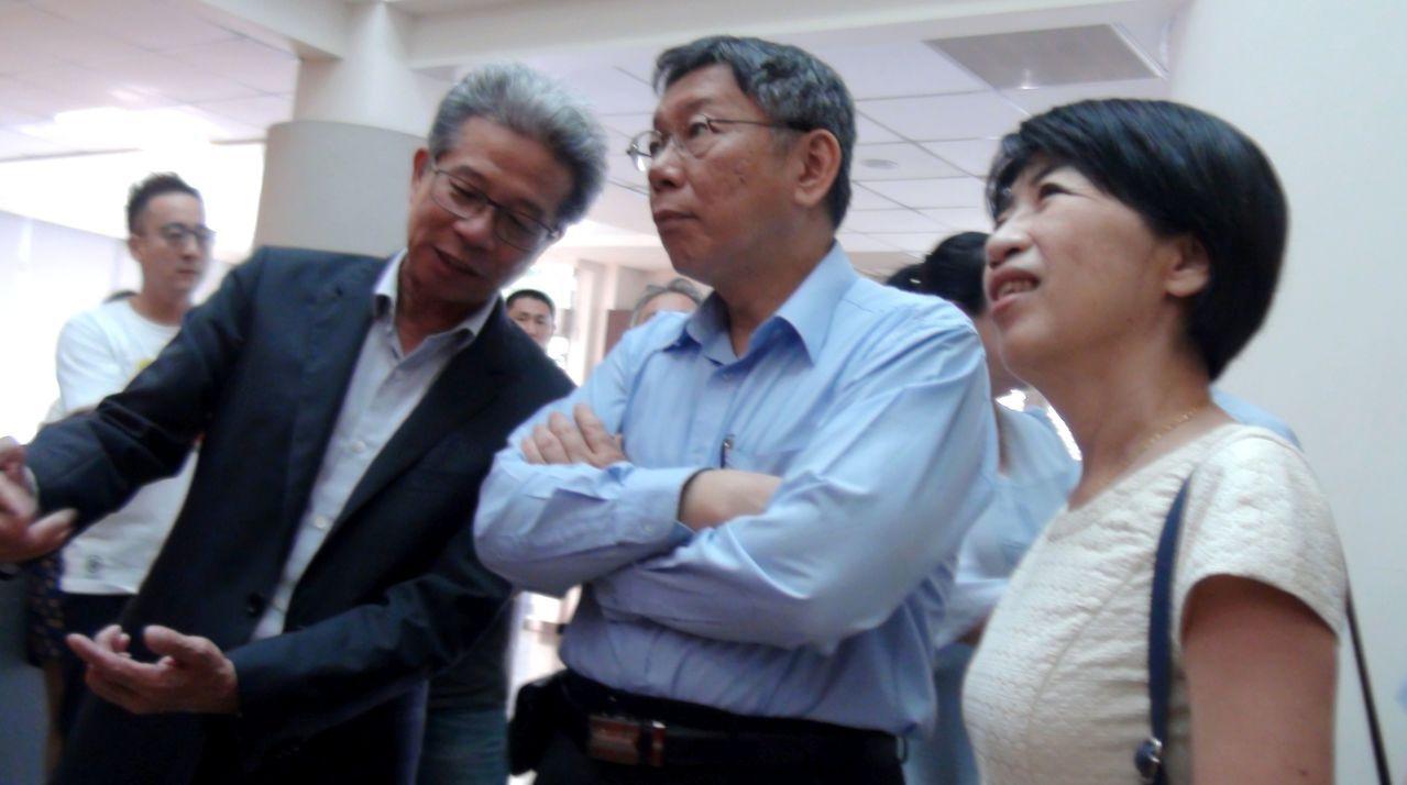 台北市長柯文哲(中)偕太太陳佩琪(右)參訪大發工業區廠家。記者楊濡嘉/攝影