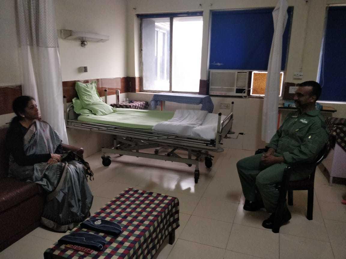 印度國防部長西塔拉曼(左)2日赴醫院探視阿比南丹。(取自推特)