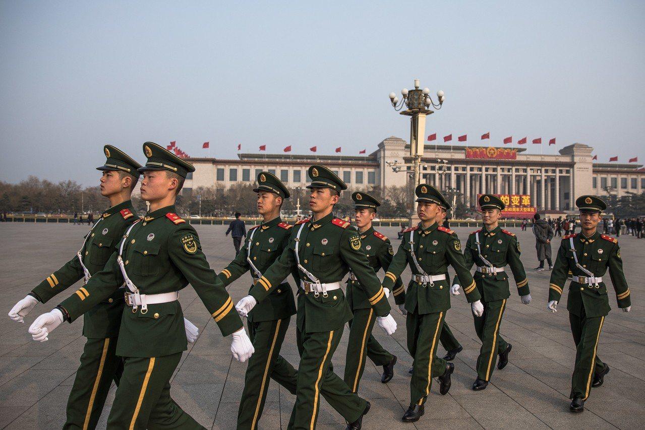 北京召開全國兩會,各地嚴格安檢,圖為北京天安門廣場前巡邏的列隊武警。(歐新社) ...