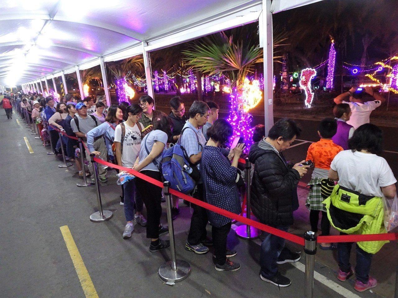 在屏東大鵬灣舉辦的台灣燈會話題多,人氣搶搶滾,今天入園人數創182萬人次新高,散...