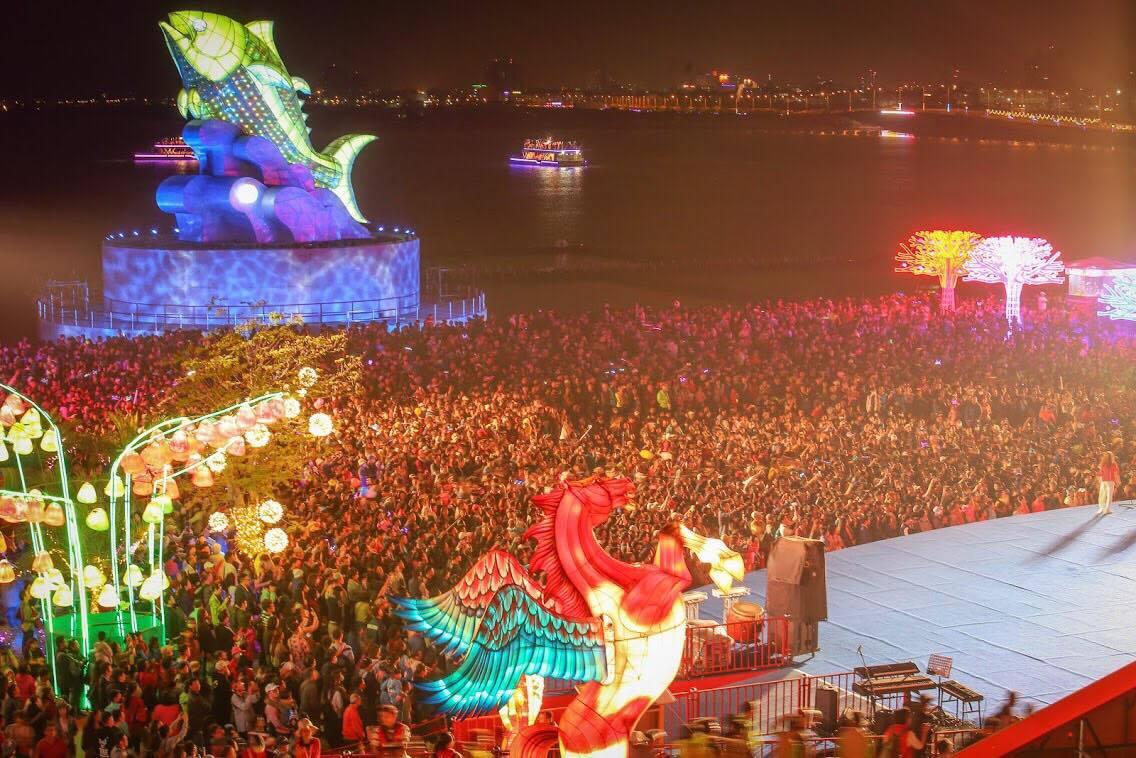 在屏東大鵬灣舉辦的台灣燈會話題多,人氣搶搶滾,今天入園人數創182萬人次新高。記...