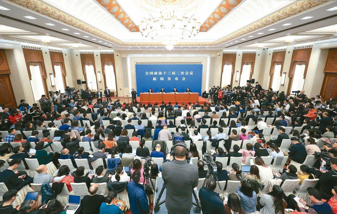 全國政協十三屆二次會議新聞發佈會在北京人民大會堂舉行,會場湧入數百名中外媒體記者...