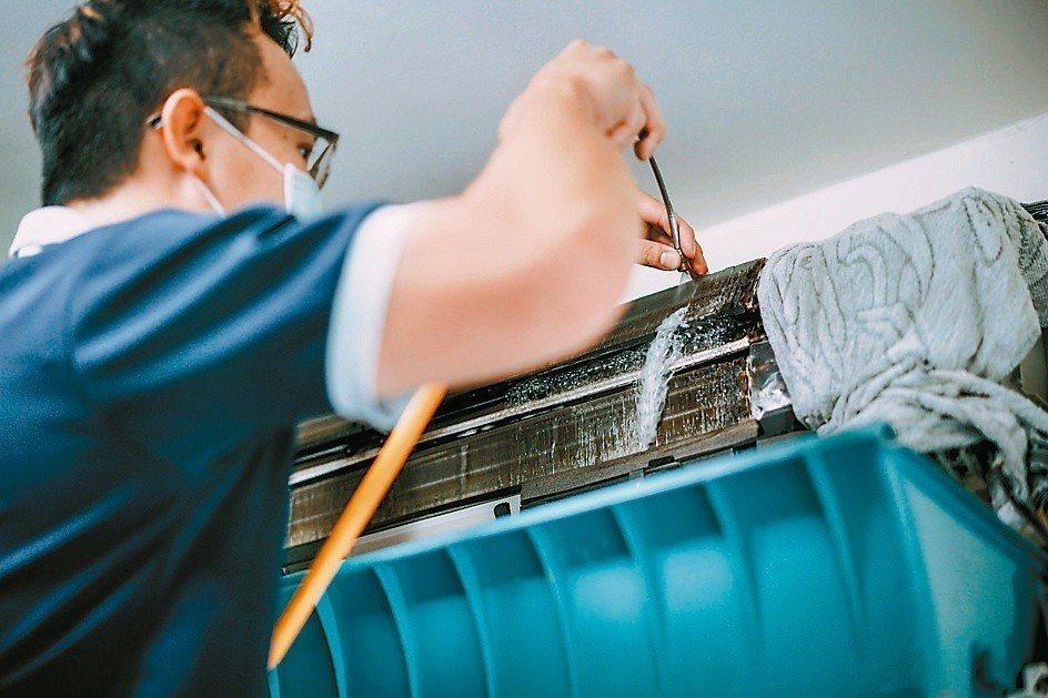 冷氣定期保養清潔,有助提升冷氣效能和壽命也能更加省電。 圖/聯合報系資料照片