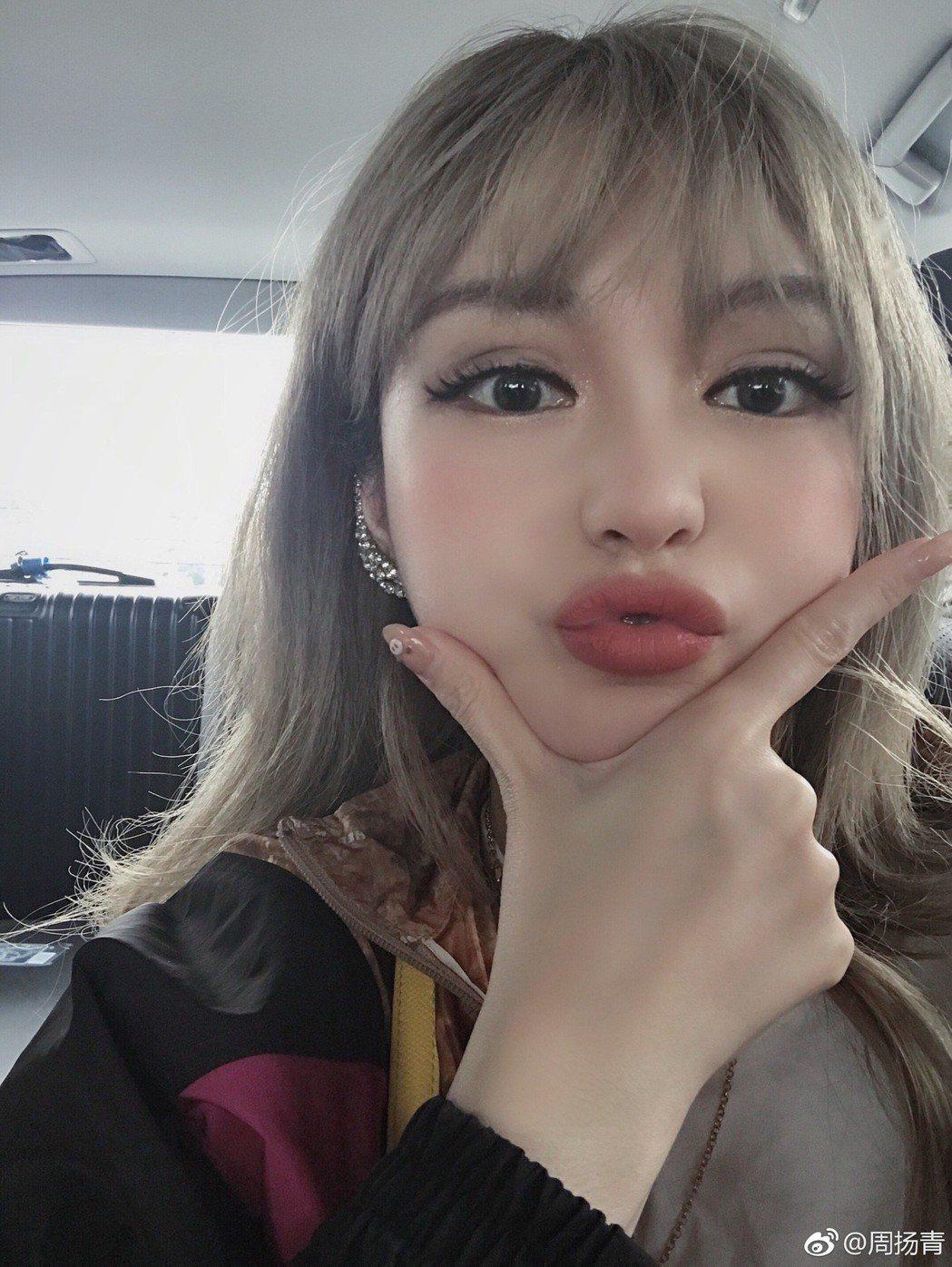 周揚青分享自拍美照,網友懷疑她又整形。 圖/擷自周揚青微博