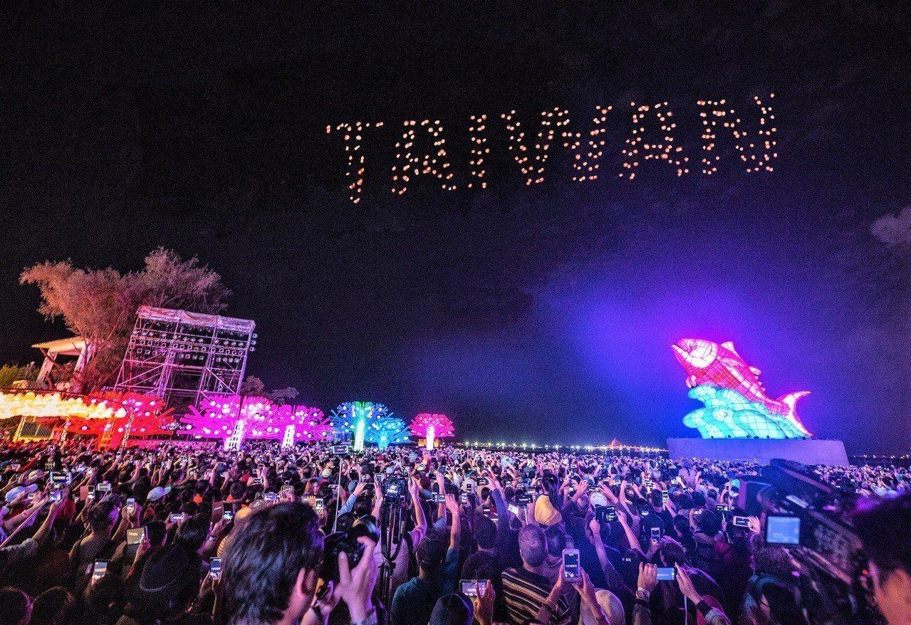在屏東大鵬灣舉辦的台灣燈會,閉幕式上英特爾無人機空中秀最後一場表演。圖/縣府提供