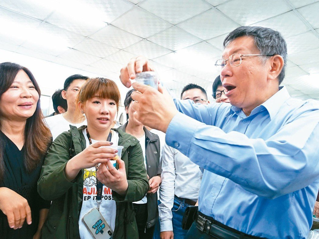 台北市長柯文哲(右)日前在屏東參訪專做觀賞魚的業者,再轉往高雄,但未與高雄市長韓...