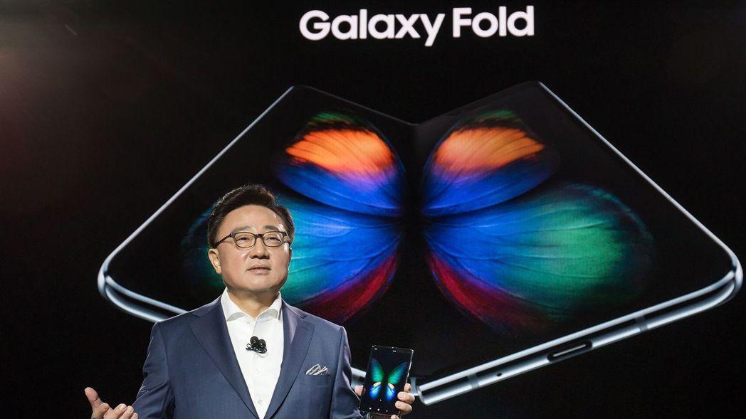 三星行動事業部總裁高東真發表折疊手機Galaxy Fold。 歐新社