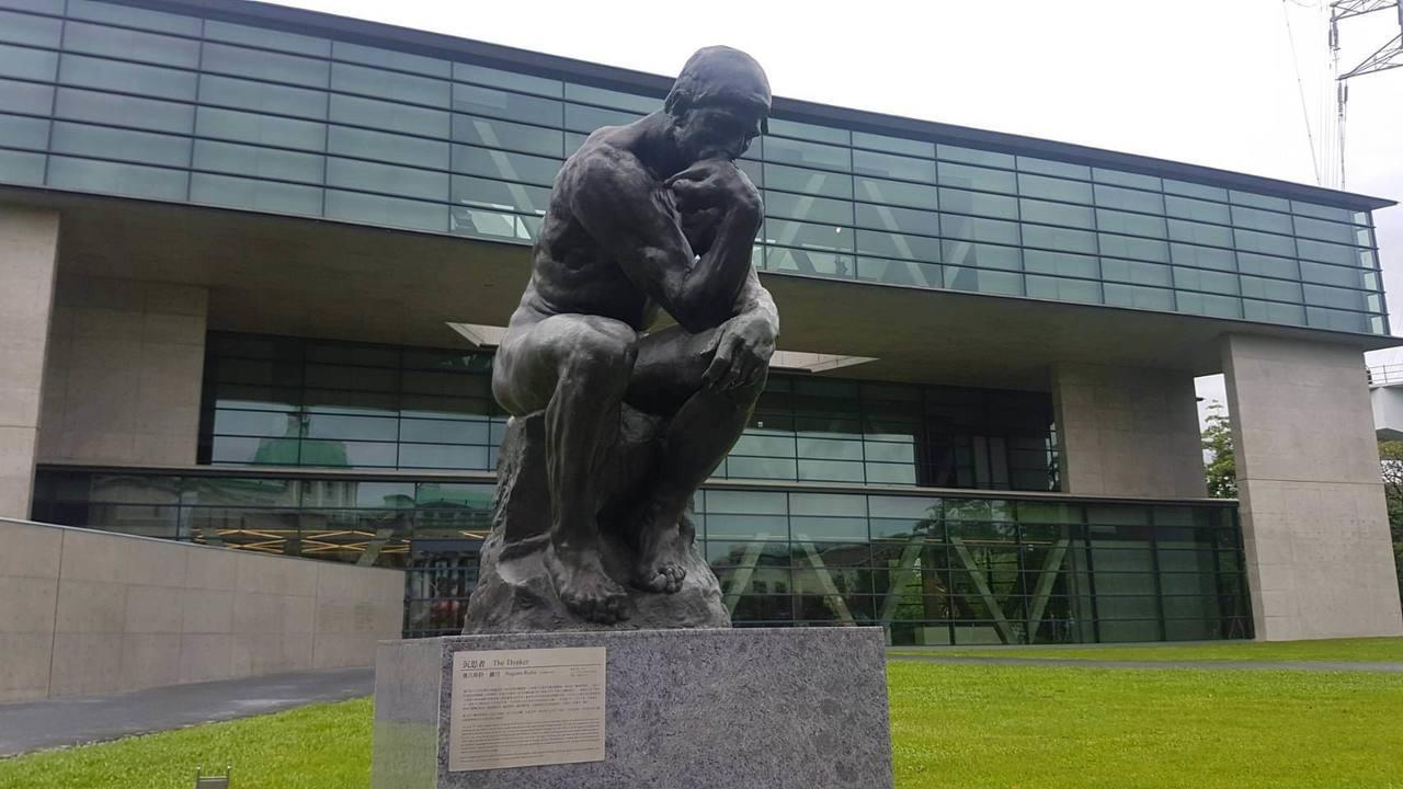 亞洲大學校內的現代美術館,門口佇立著名的羅丹沉思者雕像。記者吳佩旻/攝影