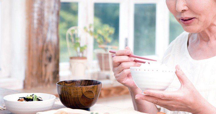 食物多樣、飲食均衡的前提下,適量多補充營養素,可以增強機體對疾病的防禦能力。圖/...