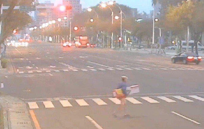 警方調監視器發現黃姓男子偷完火鶴花徒步返家。記者林伯驊/翻攝