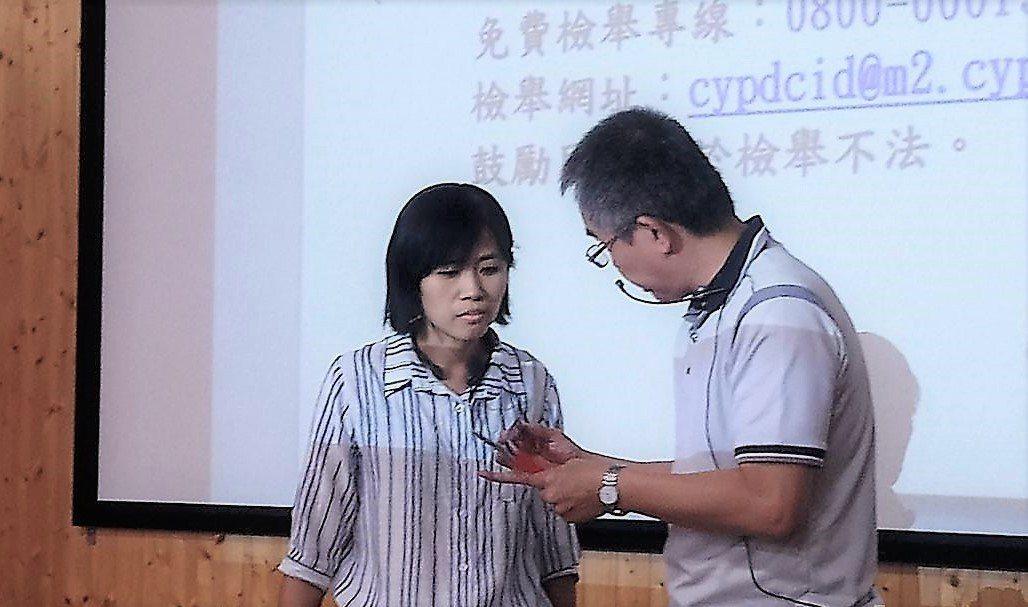 嘉義縣刑大去年多次拍攝反賄選宣導片,蔡鳳萍(左)都擔任第一女主角,演技備受肯定。...