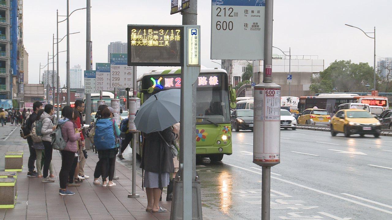 天公不作美,228連假收假日因為鋒面的關係,各地降溫下雨。記者顏凱勗/攝影