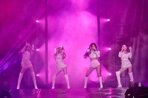 韓國女團BLACKPINK 3日在林口體育館開唱,她們首次在台灣演出,4名成員皆以超短熱褲、短裙等展現美腿、小蠻腰,大展性感魅力。雖然延遲26分鐘開始,但全場9000名粉絲並不在意,一聽到招牌歌曲「...