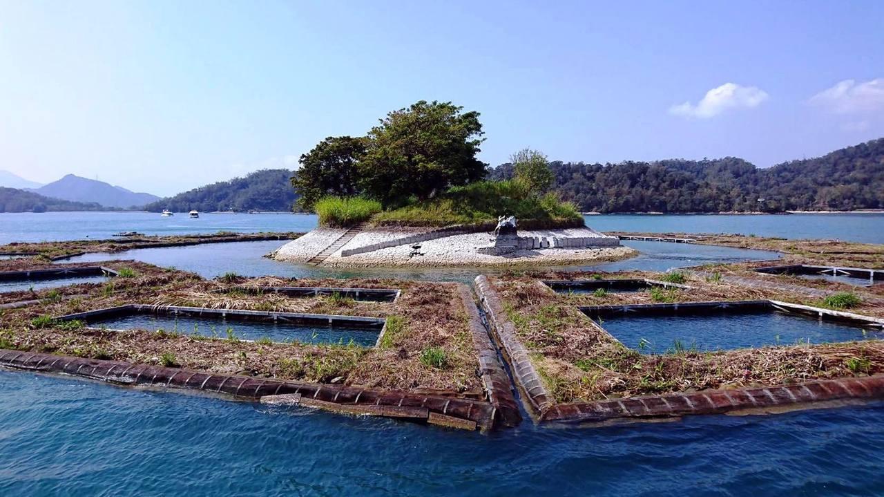 日月潭水位距離滿水位已下降了3公尺,使得附近的浮島階梯都露了出來。圖/何姓船長提...