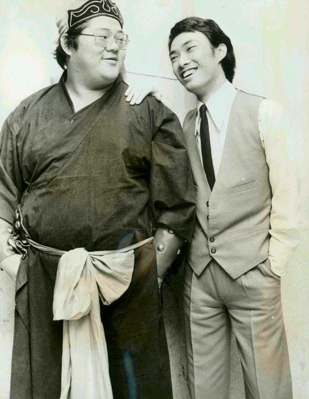 余邦(左)與費玉清,余邦過去常在綜藝節目中演出短劇。本報資料照片