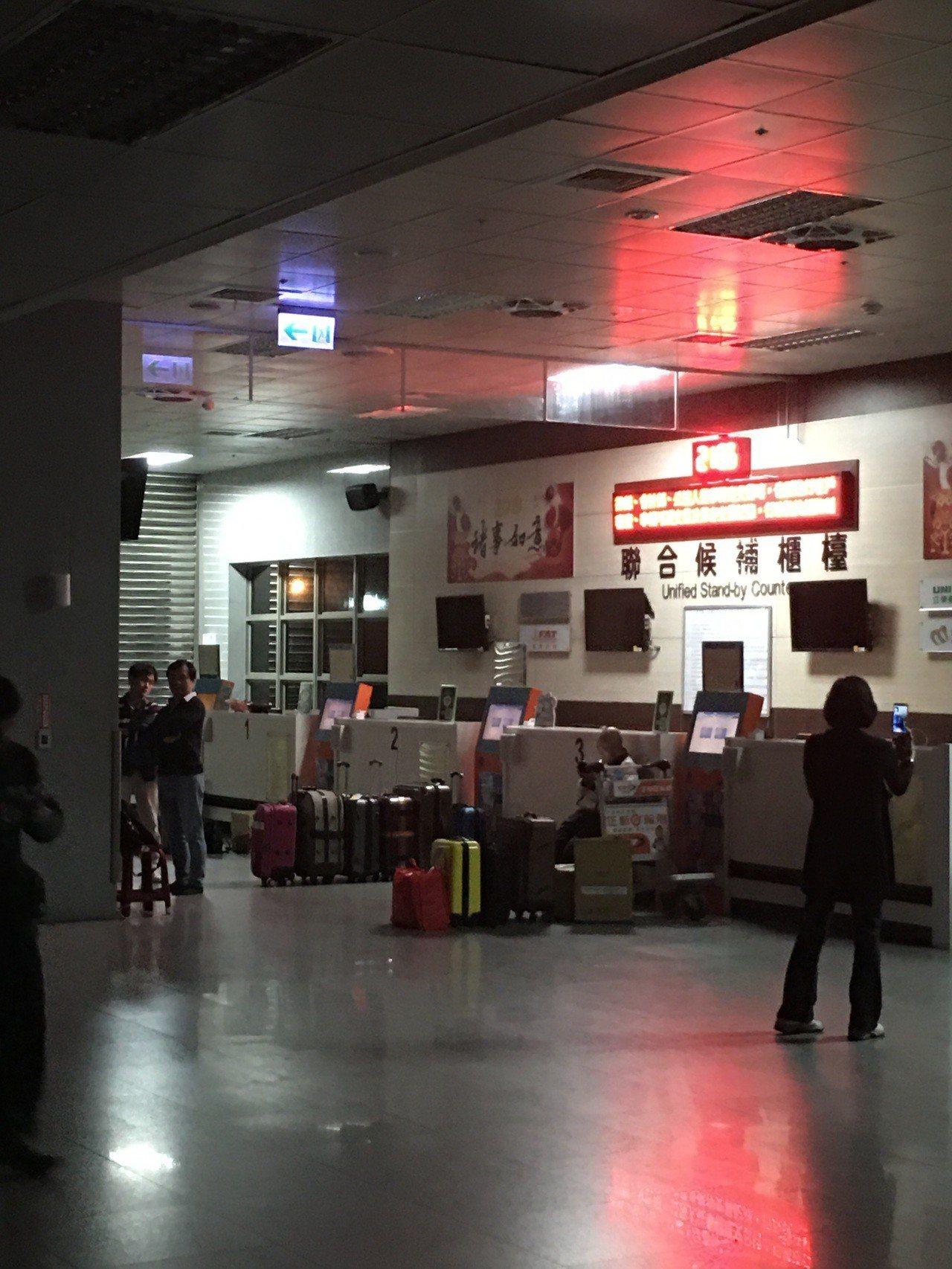 為了要候補回台灣的機位,有民眾選擇昨晚睡在金門航空站,聯合候補中心前更有一堆行李...