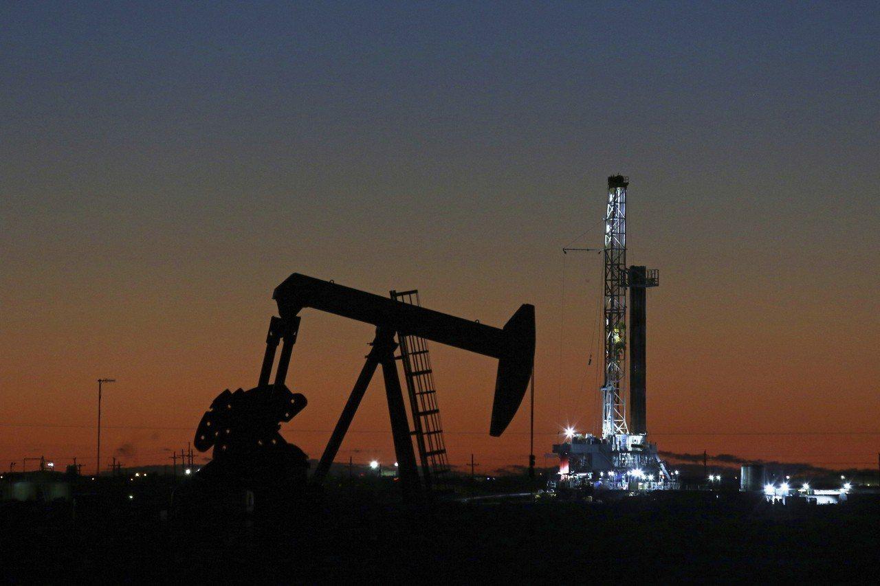 國際油價緩步回穩。美聯社