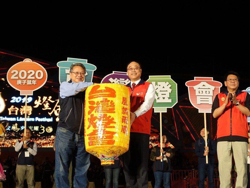 交通部觀光局長周永暉(中)、屏東縣長潘孟安(右)今晚把象徵2020燈會主辦權的傳統花燈交給台中市副市長令狐榮達(左)。記者翁禎霞/攝影
