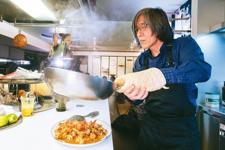 詹宏志在廚房裡專心回憶步驟。 陳立凱/攝影