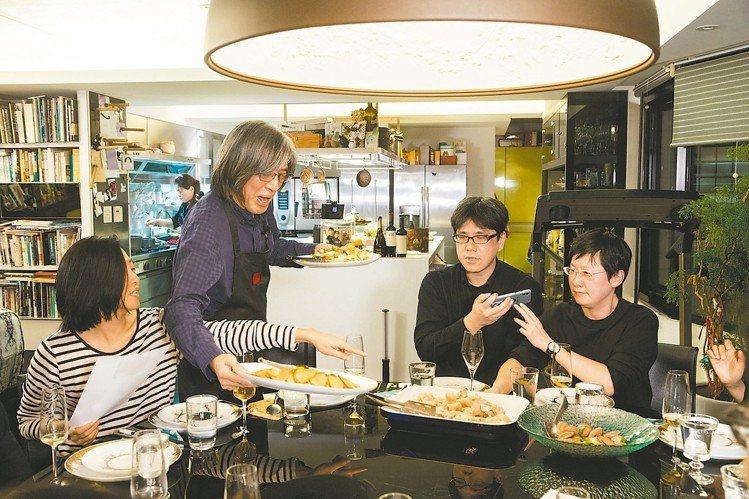 詹宏志期盼好友透過這些菜認識王宣一。 陳立凱/攝影