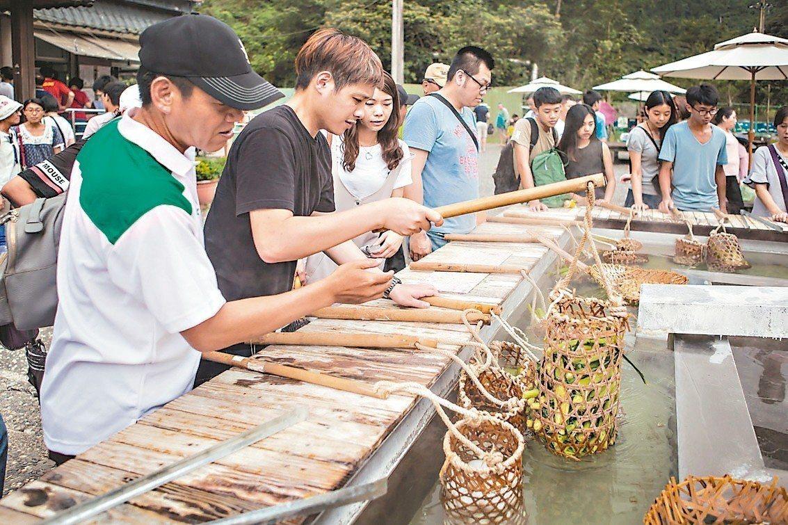 遊客到宜蘭清水地熱風景區,可以用竹簍享受熱水煮食的樂趣。 圖/縣政府提供