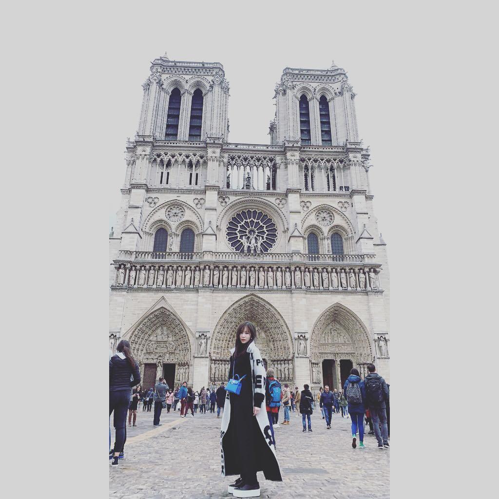 王心凌應邀到巴黎看秀,趁空造訪巴黎聖母院。圖/摘自IG