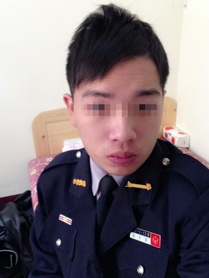 新竹市警局第三分局青草湖派出所26歲吳姓警員昨晚值班時,突然趴在桌上,被同事發現...