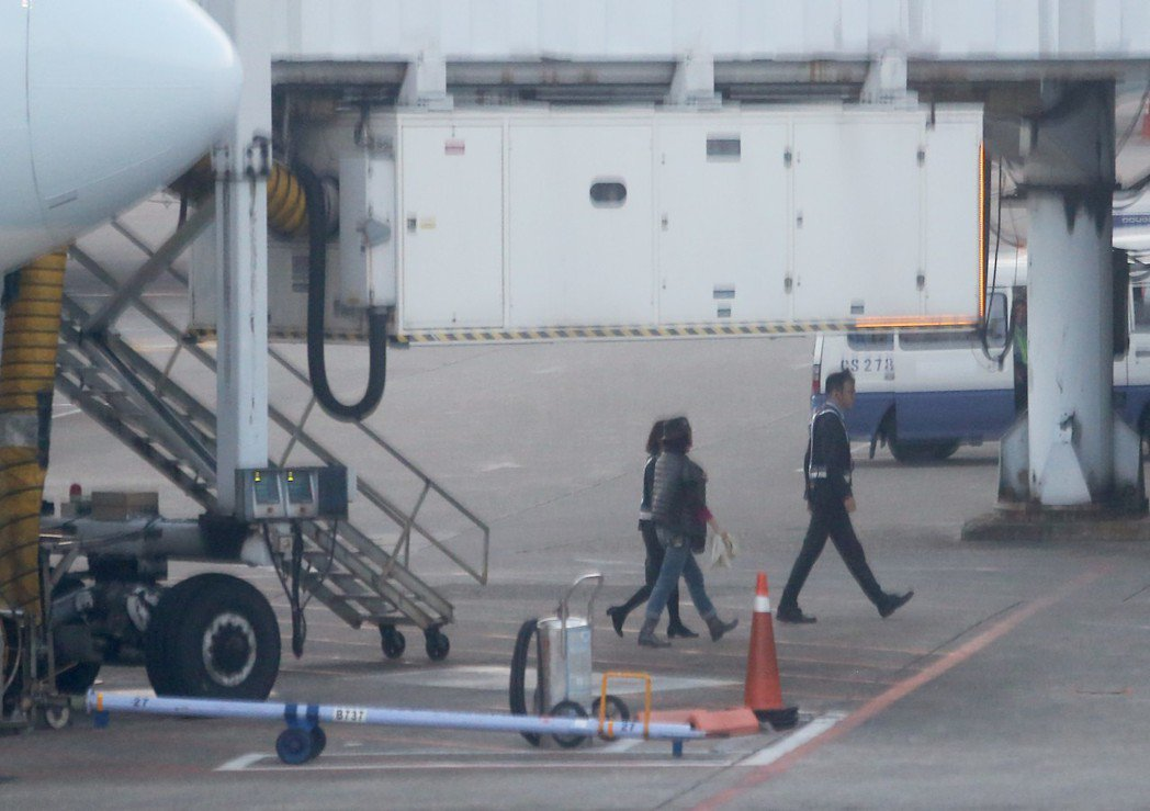 林青霞(中)從香港搭機抵達桃園機場,低調從空橋旁樓梯走下停機坪,再坐環宇商務中心...
