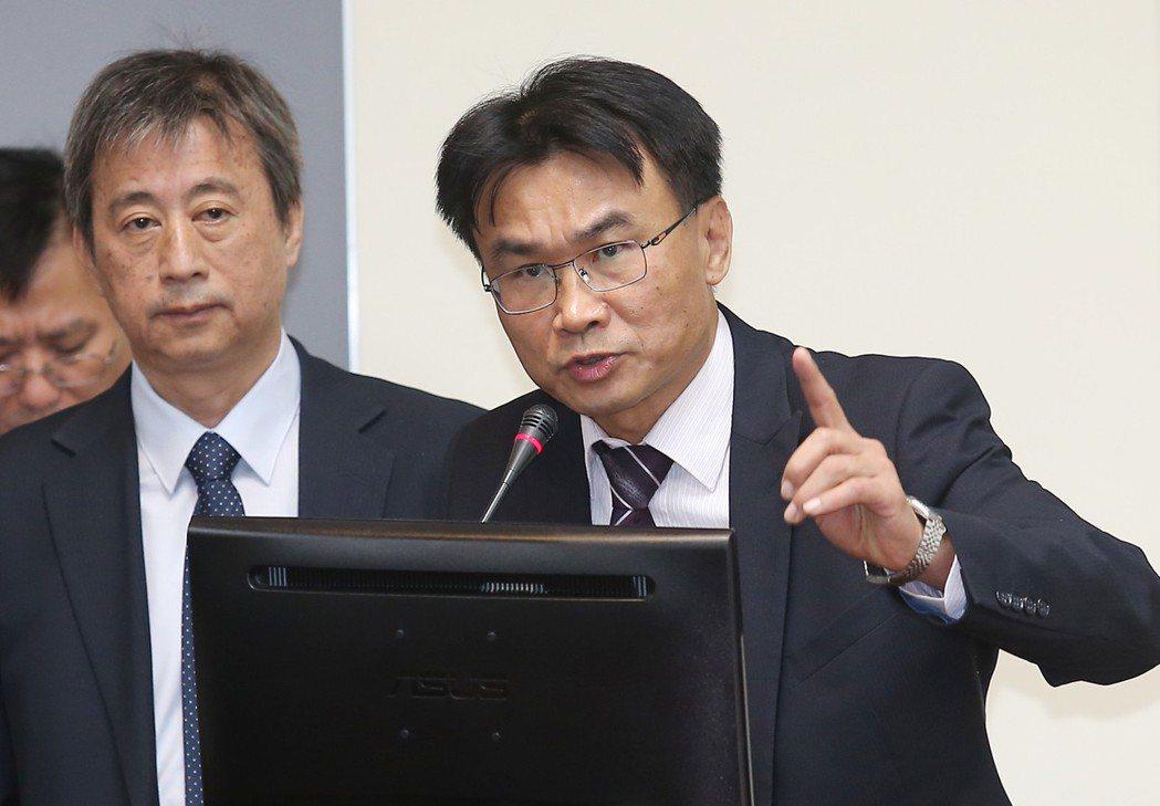 韓國瑜到星馬促銷農產,被農委會主委陳吉仲(右)暗酸。圖/聯合報系資料照片