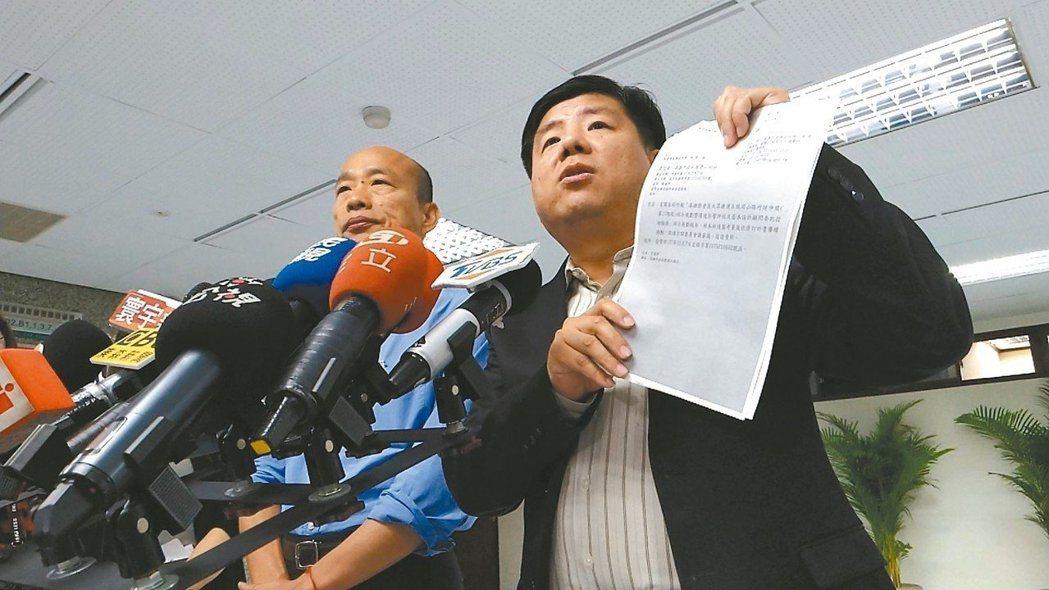 高雄市長韓國瑜(左)曾在直播時自曝行政院要求高雄前瞻計畫要重寫,之後偕同研考會主...