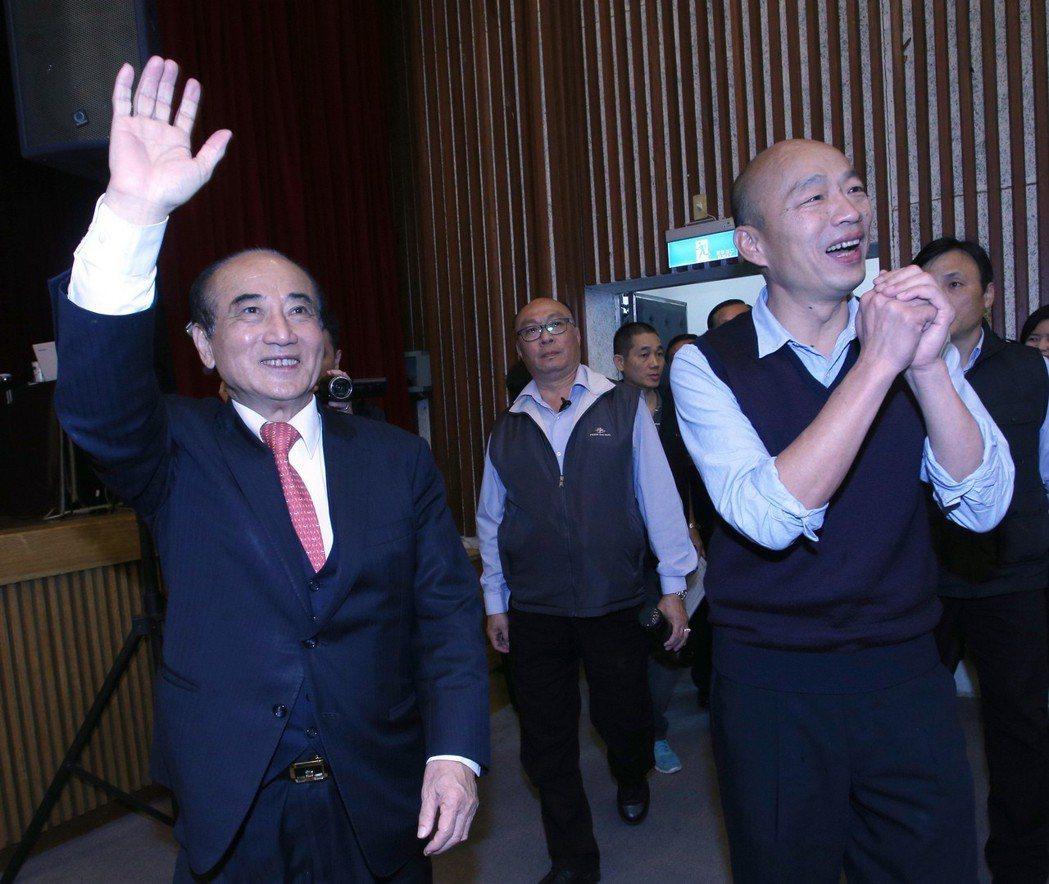 立法院前院長王金平(左)表態參選總統,尷尬的是藍營天王沒有一個人的民調高過韓國瑜...