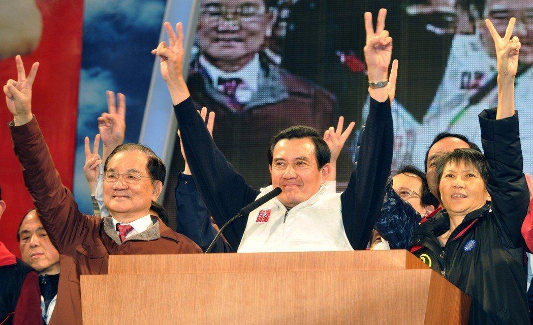 2012大選選前造勢晚會,馬英九(中)、夫人周美青(右)、榮譽主席連戰(左)一同...