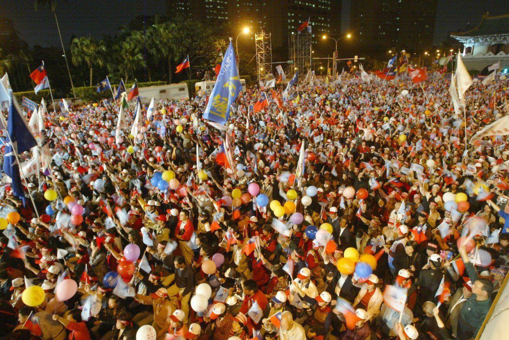 國民黨2008凱道選前之夜造勢,現場擠滿馬英九支持者。圖/聯合報系資料照片