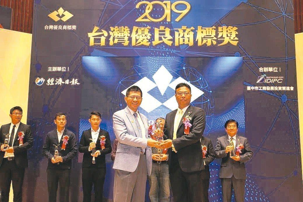 業碩(YESSO)獲第三屆台灣優良商標整合設計優等獎,由總經理薛英政(右)代表接...