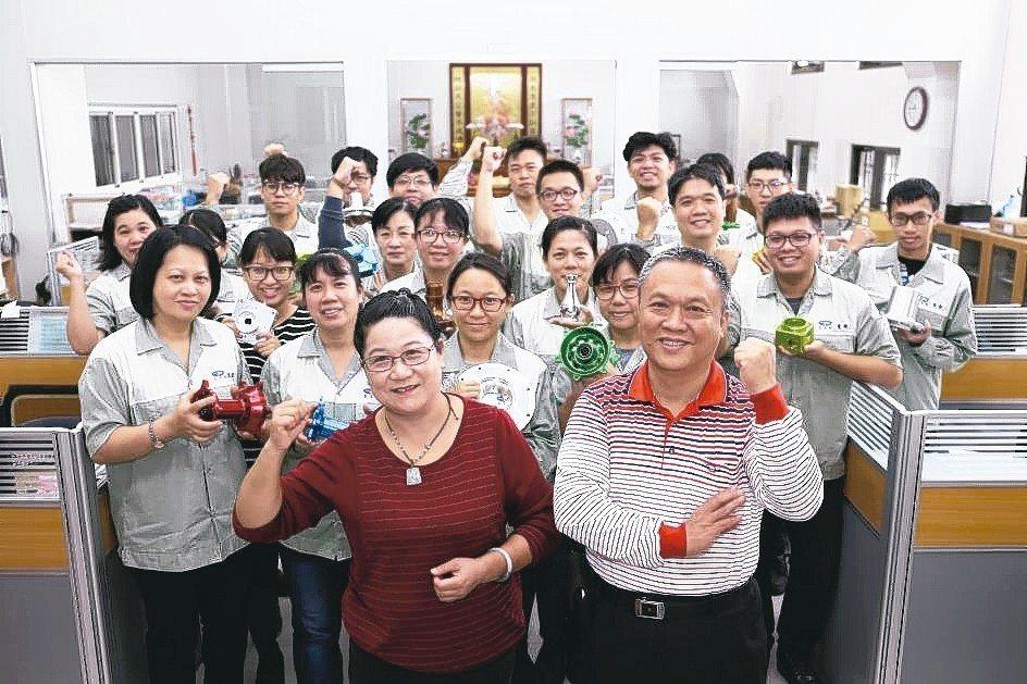 董事長陳明源(前右一)夫婦合力領軍與惠傑夥伴在新辦公室內合影。 黃奇鐘/攝影