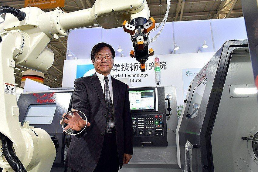工研院於工具機展中,展示車削智動化加工控制技術,由一個國產機械手臂與兩台國產CN...
