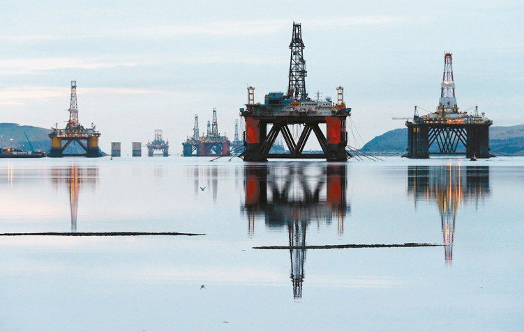 油價近期承壓,但法人認為長線可回到供需平衡的狀態。圖為蘇格蘭的鑽油平台。 路透