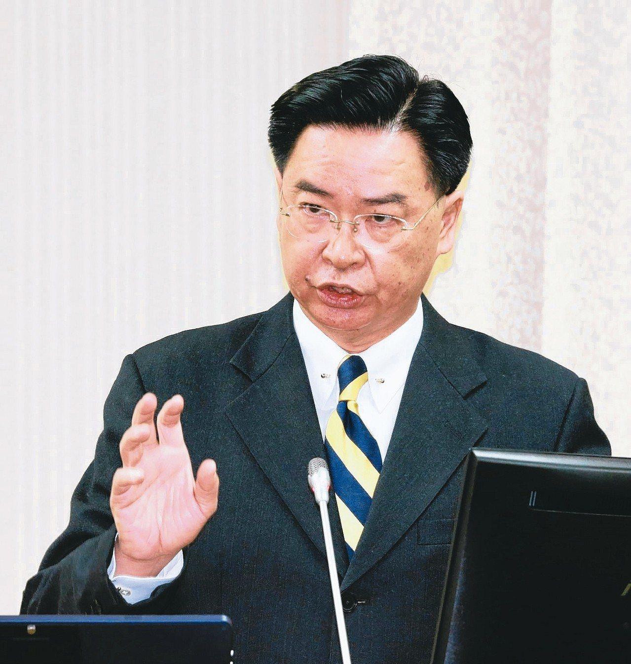 外交部長吳釗燮上午在立法院國防外交委員會,談到缺席世衛疫苗會議時表示,如果事事都...